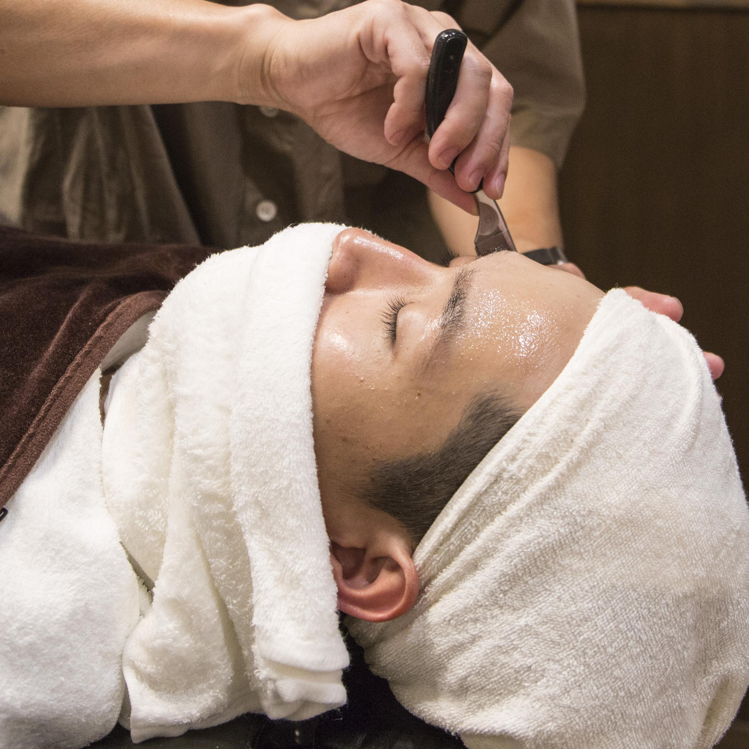 お肌と同じ弱酸性のシェービング剤と化粧品を使用しています